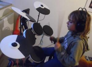 Louis am Schlagzeug